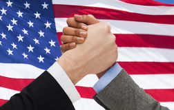 Sluit omhoog van handenwapen worstelend over Amerikaanse vlag Royalty-vrije Stock Fotografie