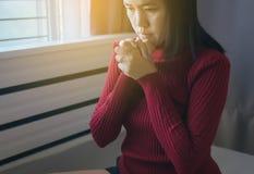 Sluit omhoog van handvrouw in het bidden van positie, betaalt het Wijfje eerbied of bracht uw handen in een gebedpositie samen stock foto