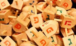Sluit omhoog van hanukkah dreidels stock fotografie