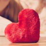 Sluit omhoog van hart gevormd rood hoofdkussen royalty-vrije stock afbeeldingen