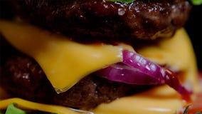 Sluit omhoog van heerlijke hamburger Dubbel kaas, ui en braadstukrundvlees Royalty-vrije Stock Foto's