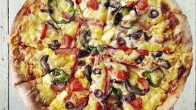 Sluit omhoog van heerlijke pizza stock videobeelden