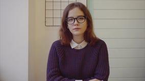 Sluit omhoog van het aantrekkelijke jonge tiener glimlachen bij camera stock videobeelden