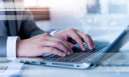 Sluit omhoog van het bedrijfsmens typen op laptop computer Royalty-vrije Stock Foto