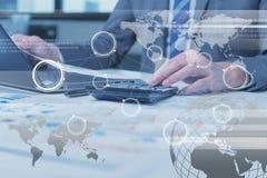 Sluit omhoog van het bedrijfsmens typen op laptop computer met technolo royalty-vrije stock foto