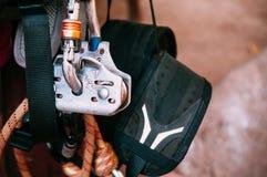 Sluit omhoog van het beklimmen van toesteluitrusting, het materiaal van de avonturensport stock foto's