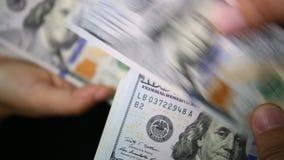 Sluit omhoog van het betalen van contant geld stock videobeelden