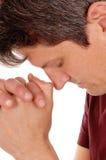 Sluit omhoog van het bidden van de jonge mens royalty-vrije stock afbeelding