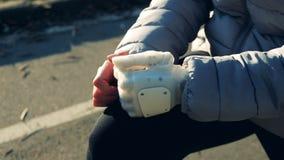 Sluit omhoog van het bionische wapen van een vrouw terwijl zich het uitrekken stock videobeelden