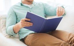 Sluit omhoog van het boek van de mensenlezing thuis Royalty-vrije Stock Foto's