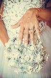 Sluit omhoog van het boeket van de bruidholding van witte rozen stock foto