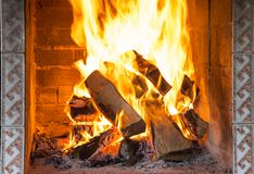 Sluit omhoog van het branden van open haard stock foto
