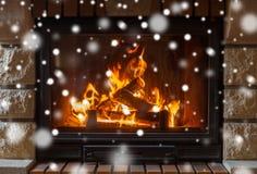 Sluit omhoog van het branden van open haard met sneeuw stock foto