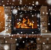 Sluit omhoog van het branden van open haard met sneeuw royalty-vrije stock afbeelding
