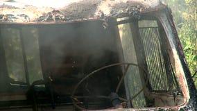 Sluit omhoog van het branden van oude auto in de zomerbos stock footage