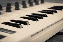 Sluit omhoog van het controlemechanismevolume van MIDI fader, knop en sleutels royalty-vrije illustratie