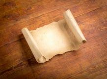 Sluit omhoog van het document van de grungenota op hout Royalty-vrije Stock Foto