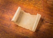 Sluit omhoog van het document van de grungenota op hout Stock Foto's