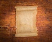 Sluit omhoog van het document van de grungenota op hout Royalty-vrije Stock Foto's