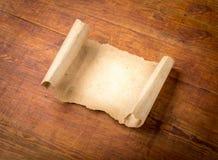 Sluit omhoog van het document van de grungenota op hout Stock Afbeeldingen