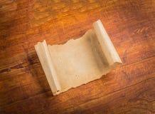 Sluit omhoog van het document van de grungenota op hout Stock Fotografie