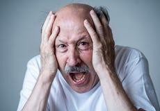 Sluit omhoog van het doen schrikken en geschokte hogere mens gesturing in vrees met handen en gezicht stock foto's