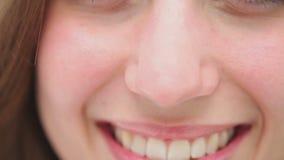 Sluit omhoog van het donkerbruine vrouw glimlachen stock videobeelden
