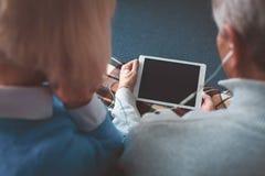 Sluit omhoog van het donkere scherm op de tablet Het is greep door de rijpe mens Royalty-vrije Stock Afbeelding