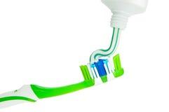 Sluit omhoog van het drukken van tandpasta op tandenborstel Stock Afbeeldingen