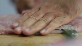 Sluit omhoog van het dunne snijdende vlees van Turkije stock footage