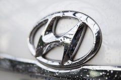 Sluit omhoog van het embleem van Hyundai-motor op de autovoorzijde Royalty-vrije Stock Foto