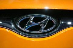 Sluit omhoog van het embleem van Hyundai op oranje auto bij de Internationale de Motorshow van 35ste Bangkok, Conceptenschoonheid  Stock Foto's