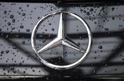 Sluit omhoog van het embleem van Mercedes-Benz op de autovoorzijde Stock Foto's