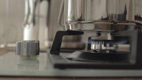 Sluit omhoog van het gasfornuis van handdraaien uitzet het en dan op keuken stock video