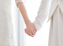 Sluit omhoog van het gelukkige gehuwde lesbische paar koesteren Stock Afbeeldingen