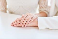 Sluit omhoog van het gelukkige gehuwde lesbische paar koesteren Royalty-vrije Stock Fotografie