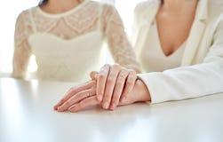 Sluit omhoog van het gelukkige gehuwde lesbische paar koesteren Stock Afbeelding