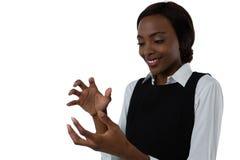 Sluit omhoog van het gelukkige vrouw gesturing tegen witte achtergrond Stock Foto