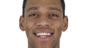Sluit omhoog van het glimlachen mensengezicht, witte achtergrond stock footage