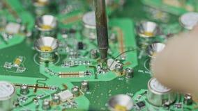 Sluit omhoog van het hand solderen van een groot kringsraad stock videobeelden