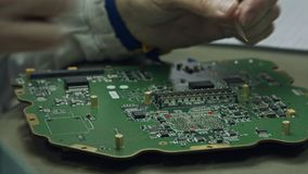 Sluit omhoog van het hand solderen van een groot kringsraad stock video