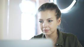 Sluit omhoog van het jonge vrouw werken bij haar laptop stock videobeelden