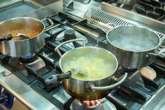 Sluit omhoog van het koken op het fornuis Stock Foto's