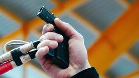 Sluit omhoog van het mannelijke beginnende pistool van het handvuren om race te beginnen Sportief concept stock videobeelden