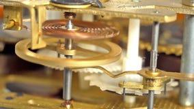 Sluit omhoog van het mechanische klokmechanisme werken stock video