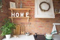 Sluit omhoog van het mooie comfortabele moderne binnenland van de zolderkeuken, keukengerei, huisstijl, het ontwerp van de fotost Royalty-vrije Stock Foto's