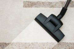 Sluit omhoog van het schoonmakende tapijt van de stofzuigerpijp thuis Stock Foto's