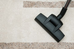 Sluit omhoog van het schoonmakende tapijt van de stofzuigerpijp thuis Stock Afbeeldingen
