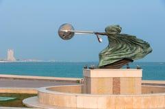 Sluit omhoog van het Uitrusten van het Wereldbeeldhouwwerk in Katara, Doha, Qatar Stock Foto's
