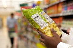 Sluit omhoog van het voedseletiket van de zwartelezing in supermarkt royalty-vrije stock foto